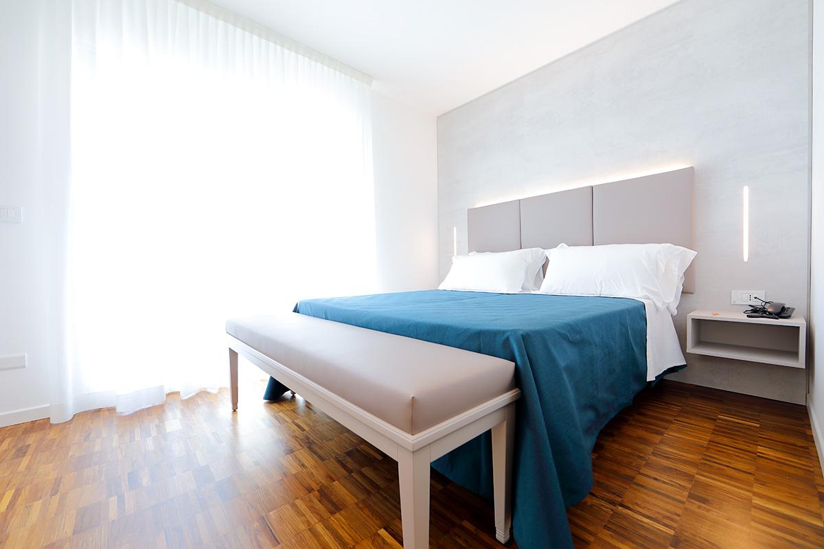 camera deluxe dell'hotel similan con ampio terrazzo privato