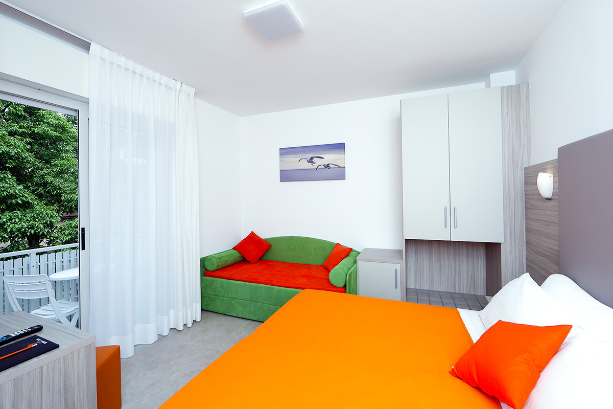camera comfort tripla dell'hotel similan con letto matrimoniale, bagno e terrazzo esterno