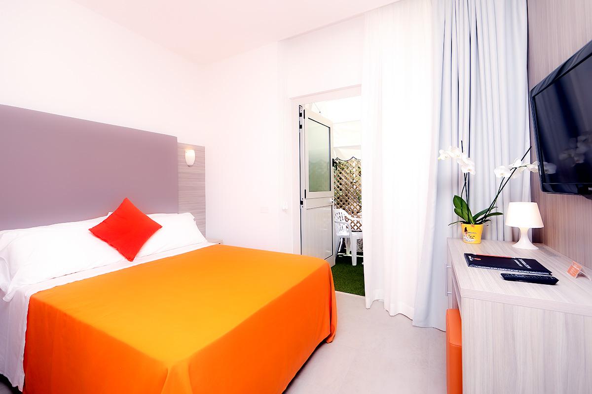 camera standard dell'hotel similan con letto matrimoniale e terrazzo esterno