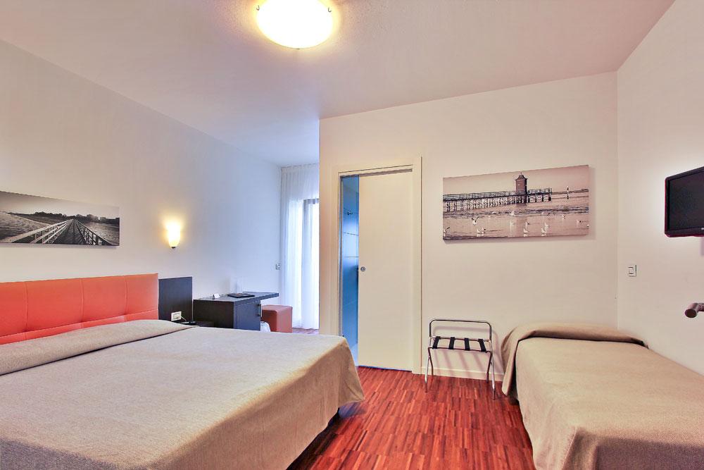 camera superior tripla dell'hotel similan con letto matrimoniale e terrazzo esterno