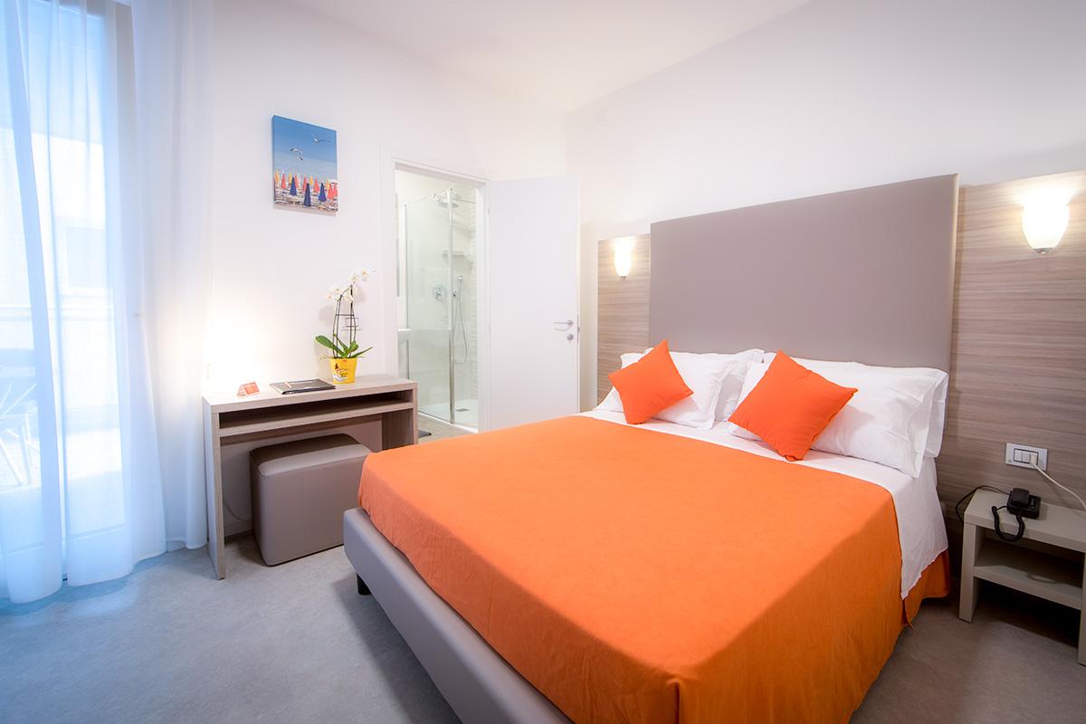 camera comfort doppia dell'hotel similan con letto matrimoniale, bagno e terrazzo esterno