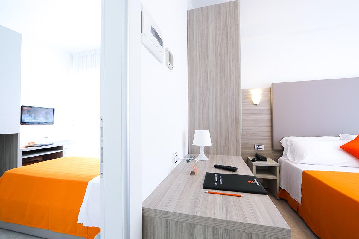 camere comfort comunicanti dell'hotel similan con letto matrimoniale, bagno e terrazzo esterno
