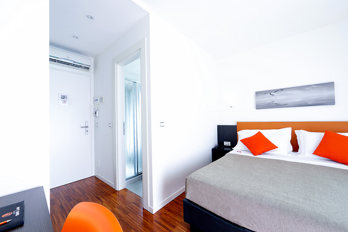 camera superior doppia dell'hotel similan con letto matrimoniale e terrazzo esterno
